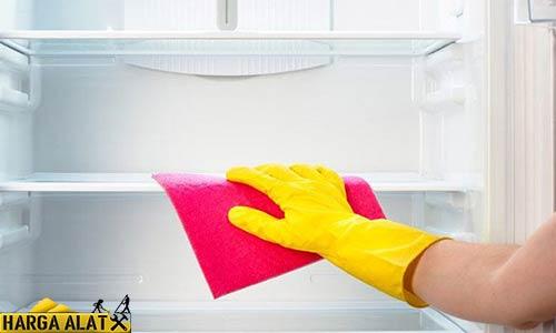 Cara Membersihkan Kulkas dengan Mengompres Bunga Es dengan Kanebo