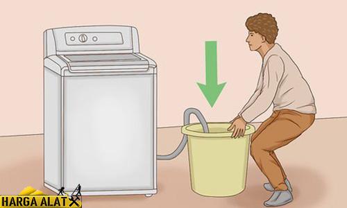 Cara Mengeluarkan Air dari Mesin Cuci dengan Buka Saluran Pembuangan