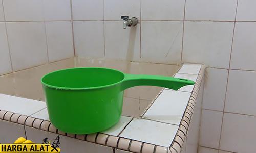 Cara Mengeluarkan Air dari Mesin Cuci dengan Gayung